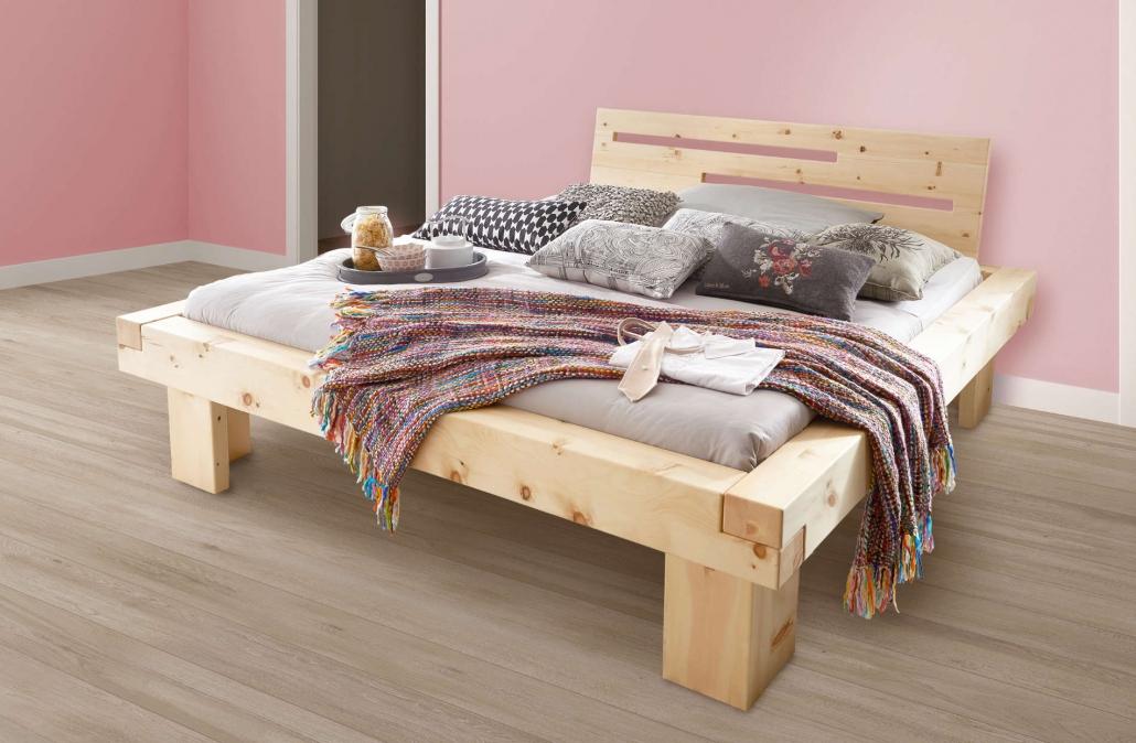 Balkenbett aus massivem Zirbenholz