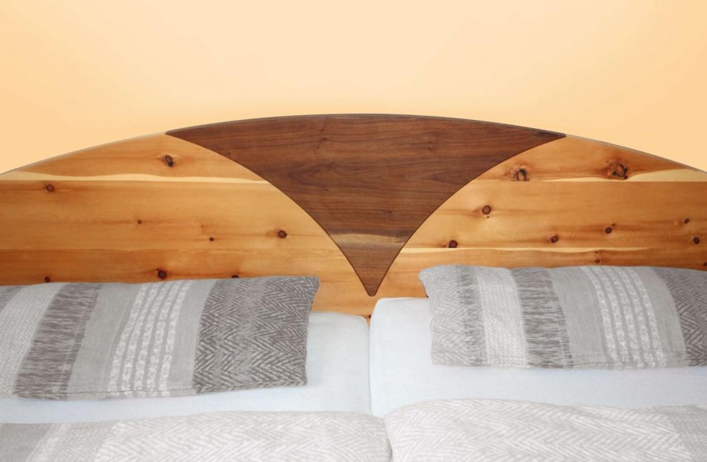 Referenz: Betthaupt kombiniert aus Zirbenholz und Nussbaum